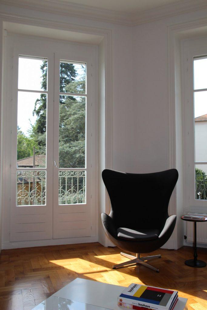 13 Appartement Haussemanien Marlene Reynard Sejour Chaises Eames Egg Jacobsen