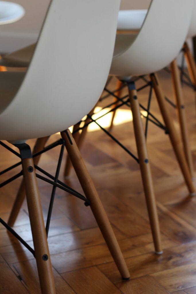 18 Appartement Haussemanien Marlene Reynard Sejour Chaises Eames Detail