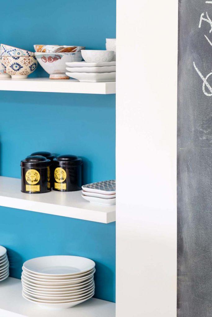18 Marlene Reynard Maison Montchat Lyon Cuisine Details Etagere Bleu Ressources Tableau Noir