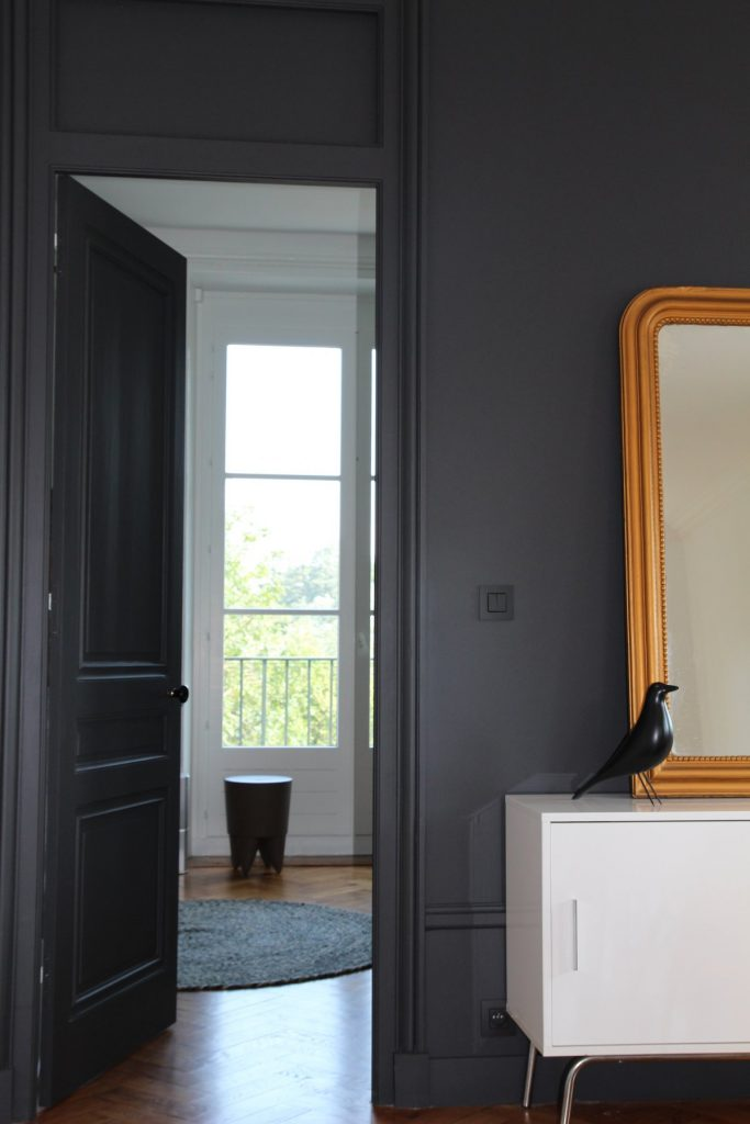 24 Appartement Haussemanien Marlene Reynard Sejour Chaises Eames Bubu Starck