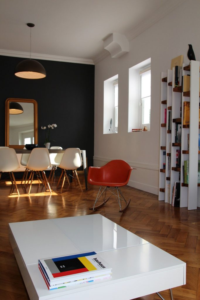 6 Appartement Haussemanien Marlene Reynard Sejour Chaises Eames Bibliotheque