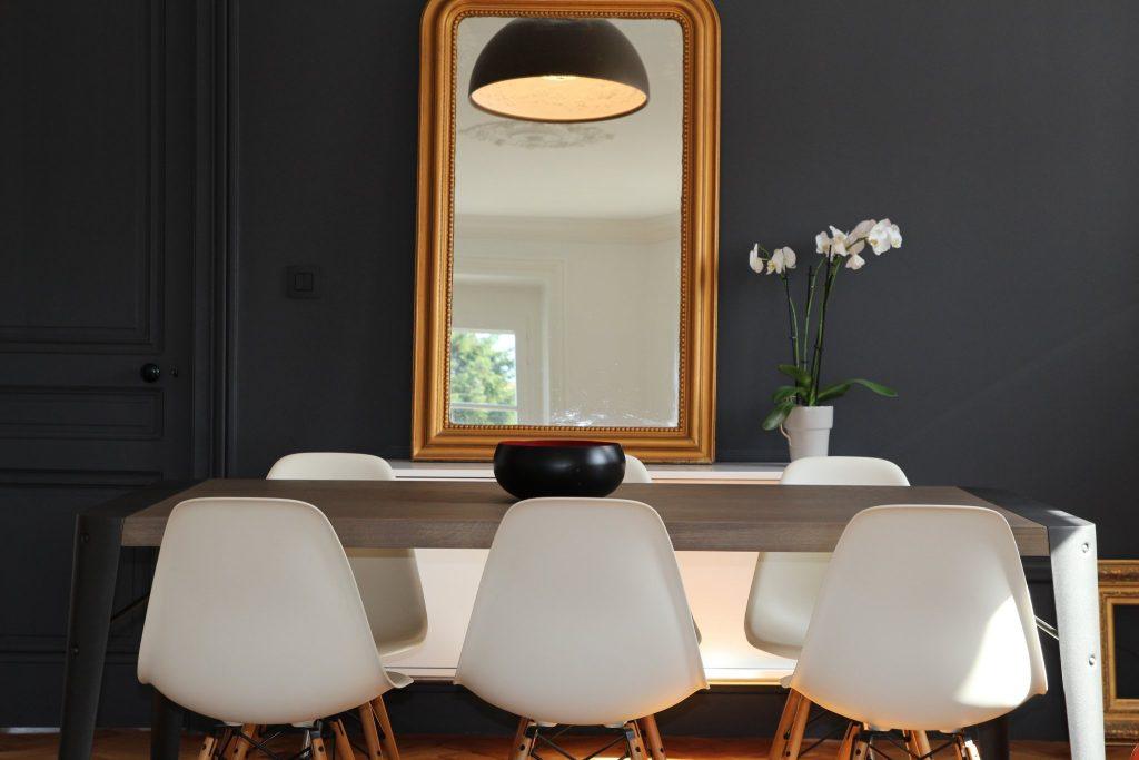 9 Appartement Haussemanien Marlene Reynard Sejour Chaises Eames Zoom