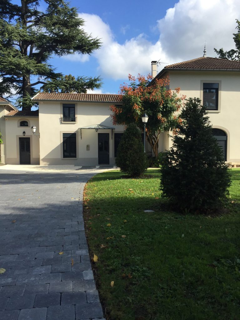 16 Maison Gingko Ecully Marlene Reynard Exterieurs Garage Pool House Piscine Paves Annexe Maison Maitre 16